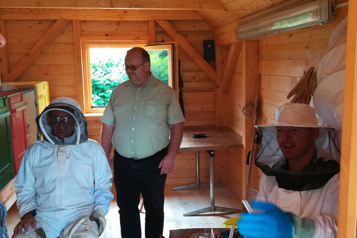Accessible bee keepers